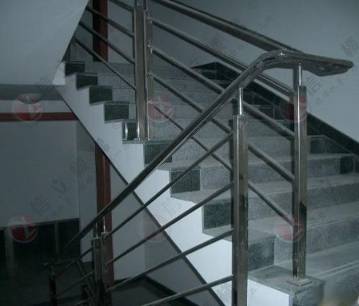 威海楼梯扶手、不锈钢楼梯扶手、楼梯立柱详细介绍: 威海不锈钢楼梯扶手是由不锈钢材质制造而成,主要分为扶手、立柱、底座等组成部分,通常简称称为威海楼梯扶手。    用途:威海楼梯扶手主要应用于建筑工程。家庭、公司、公园、广场、商场等用途广泛。外观极具现代感。    说明:威海不锈钢楼梯扶手为现在多数商场广泛应用, 手感好,有现代感,好打扫卫生,最主要的是不生锈,使用寿命长等特点广受欢迎。    材质说明:市场上常见的威海不锈钢楼梯扶手材质通常以不锈钢304的较多,沿海地区316材质较多,具有防腐蚀等优点。