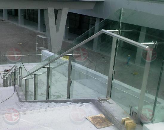 大连楼梯扶手、不锈钢楼梯扶手、楼梯立柱详细介绍: 大连不锈钢楼梯扶手是由不锈钢材质制造而成,主要分为扶手、立柱、底座等组成部分,通常简称称为大连楼梯扶手。    用途:大连楼梯扶手主要应用于建筑工程。家庭、公司、公园、广场、商场等用途广泛。外观极具现代感。    说明:大连不锈钢楼梯扶手为现在多数商场广泛应用, 手感好,有现代感,好打扫卫生,最主要的是不生锈,使用寿命长等特点广受欢迎。    材质说明:市场上常见的大连不锈钢楼梯扶手材质通常以不锈钢304的较多,沿海地区316材质较多,具有防腐蚀等优点。