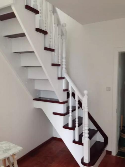 步升楼梯厂之供应实木楼梯客厅图片